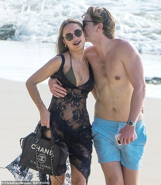Kimberley Garner đẹp như tạc tượng với bikini bé xíu, tình tứ bạn trai ở biển ảnh 17