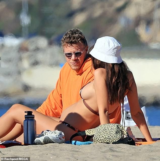Mỹ nhân nóng bỏng Emily Ratajkowski khoe bụng bầu với bikini ảnh 6