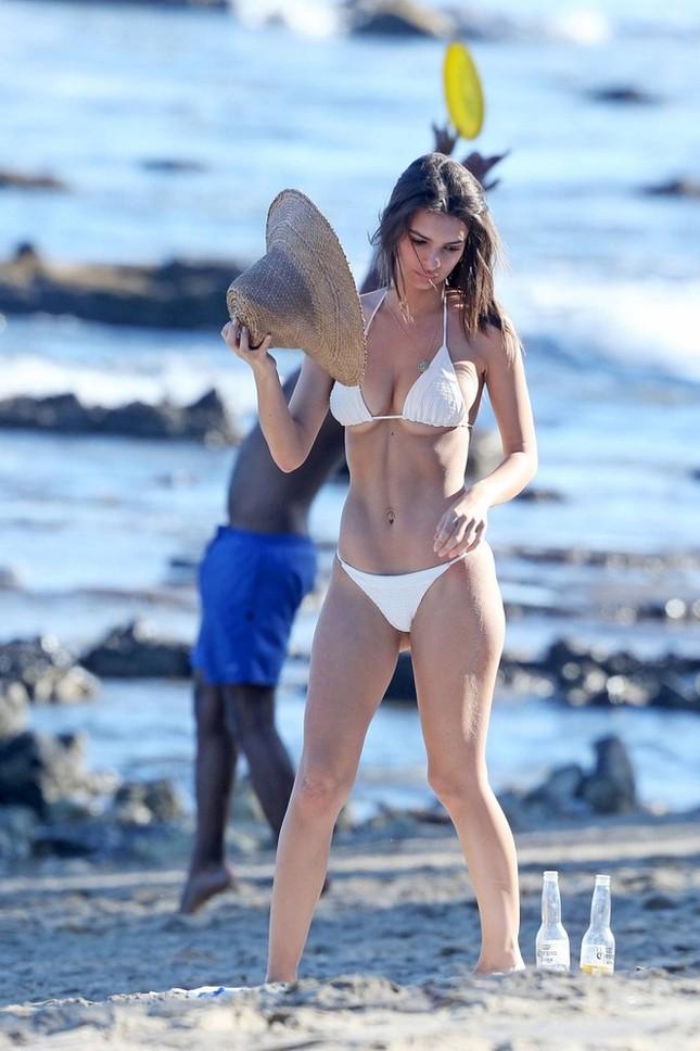 Mỹ nhân nóng bỏng Emily Ratajkowski khoe bụng bầu với bikini ảnh 8