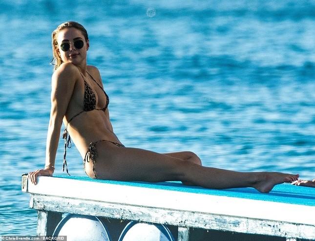 Mẫu 9x Anh quốc mặc bikini bé xíu, tôn đường cong tuyệt mỹ ở biển ảnh 8