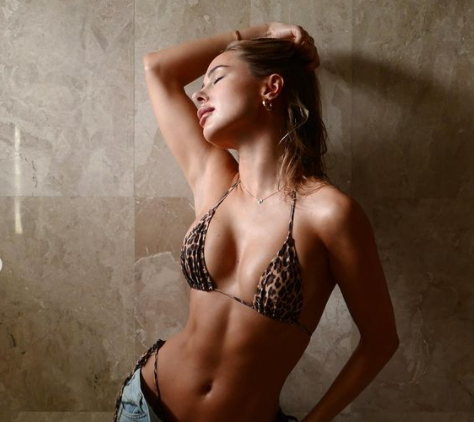 Mẫu áo tắm Anh quốc tung ảnh bikini nóng 'bỏng rẫy' ảnh 1