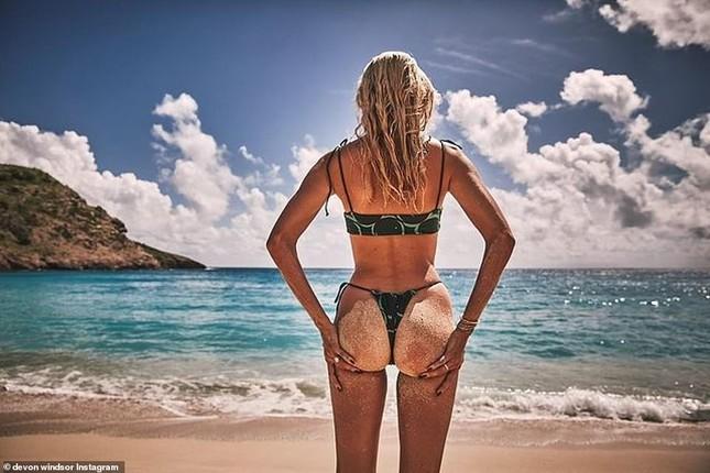 Devon Windsor khiến fan trầm trồ khi mặc bikini thả dáng đẹp như tạc tượng ở biển ảnh 5