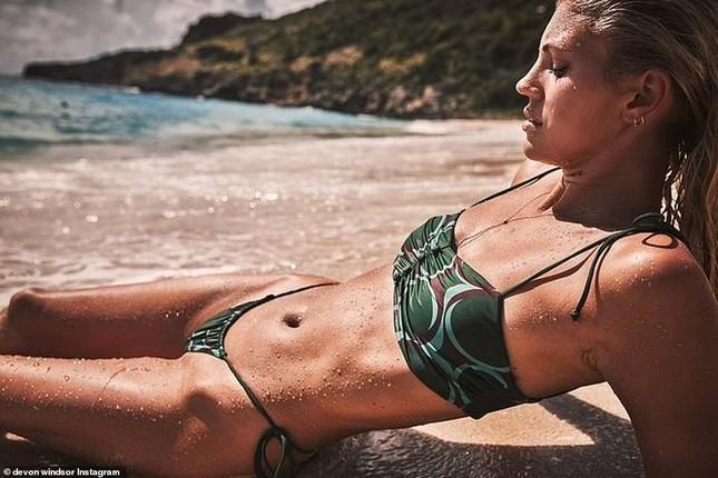 Devon Windsor khiến fan trầm trồ khi mặc bikini thả dáng đẹp như tạc tượng ở biển ảnh 1