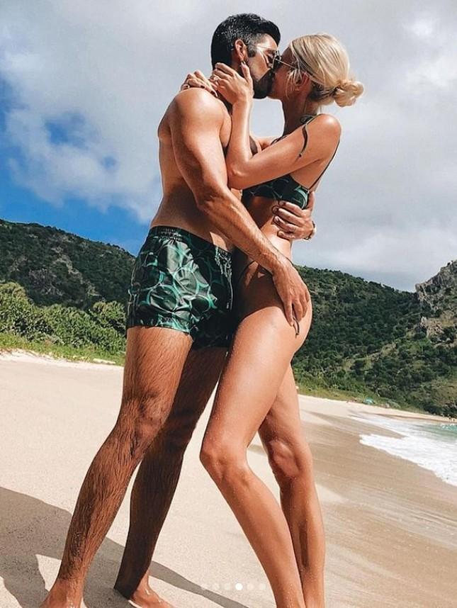 Devon Windsor khiến fan trầm trồ khi mặc bikini thả dáng đẹp như tạc tượng ở biển ảnh 3