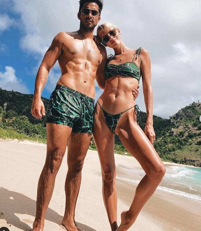 Devon Windsor khiến fan trầm trồ khi mặc bikini thả dáng đẹp như tạc tượng ở biển ảnh 4