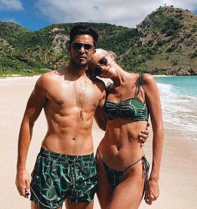 Devon Windsor khiến fan trầm trồ khi mặc bikini thả dáng đẹp như tạc tượng ở biển ảnh 6