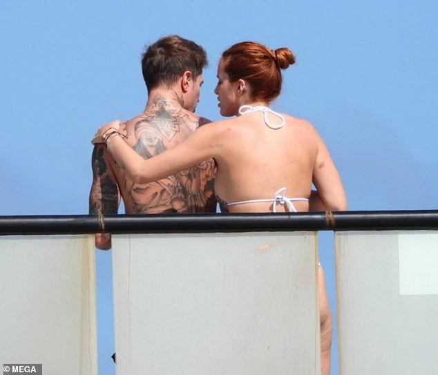 Bella Thorne mặc bikini nảy nở 'bốc lửa' khi đi biển với bạn trai ảnh 5