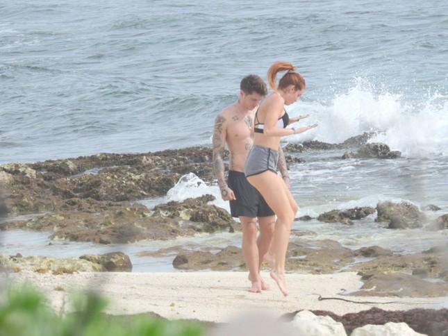 Bella Thorne mặc bikini nảy nở 'bốc lửa' khi đi biển với bạn trai ảnh 10