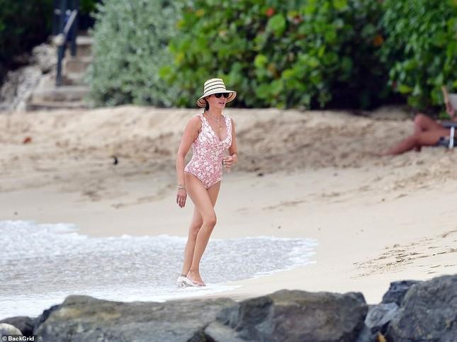 Vợ 'ông trùm giải trí' Simon Cowel tròn đầy nóng bỏng ở biển ảnh 6