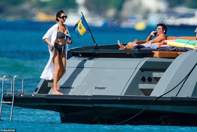 Bà xã của Simon Cowel mặc bikini phô dáng đẹp ngỡ ngàng ở tuổi U50 ảnh 4