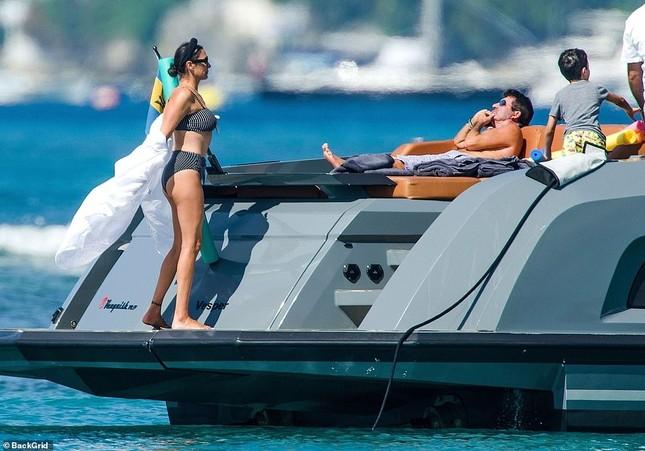 Bà xã của Simon Cowel mặc bikini phô dáng đẹp ngỡ ngàng ở tuổi U50 ảnh 6