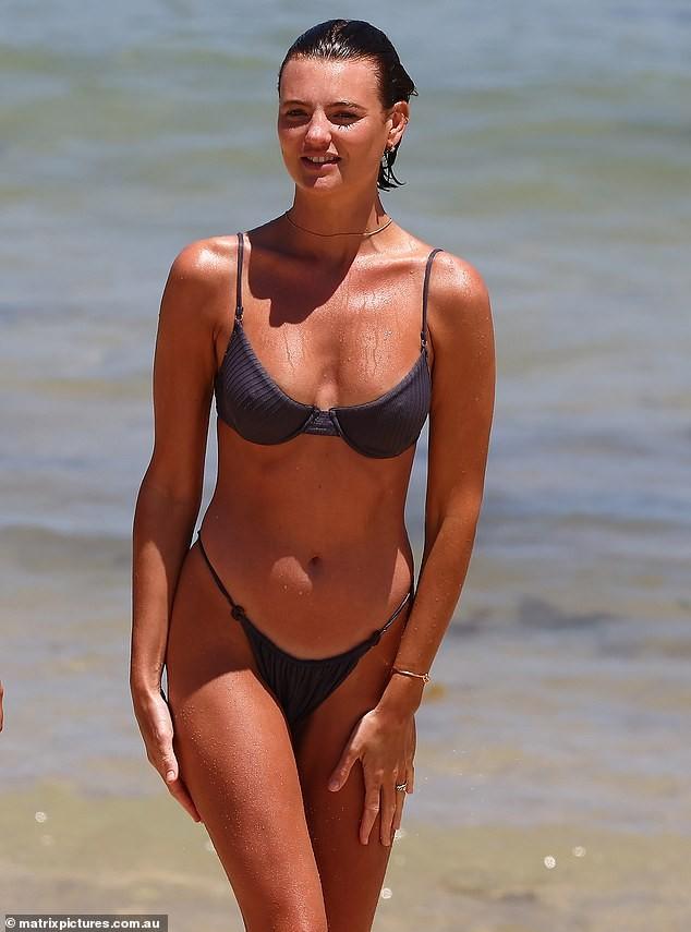Mê mẩn ngắm body đẹp như tạc tượng của siêu mẫu Montana Cox với bikini ảnh 6