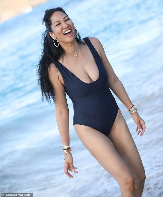 Kimora Lee diện áo tắm xẻ ngực sâu nóng bỏng ảnh 2