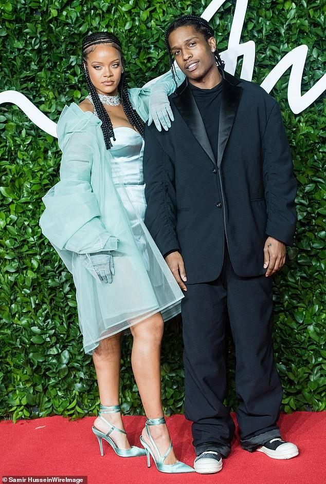Rihanna diện nội y xuyên thấu 'nảy lửa' ảnh 3