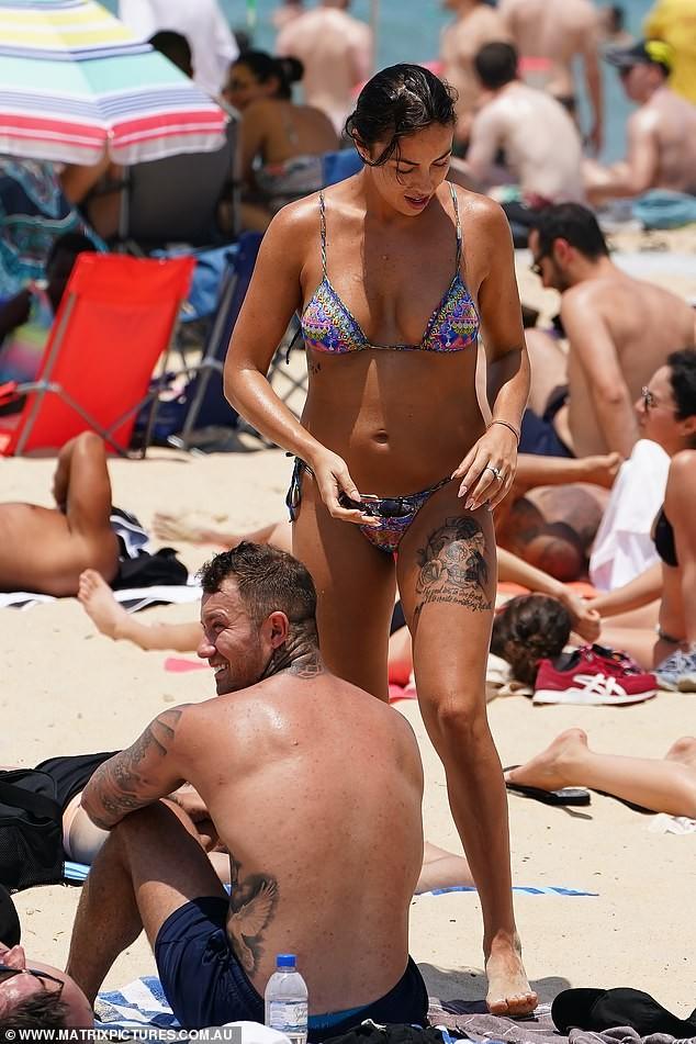 Natasha Spencer cực 'bốc lửa' ở biển với bikini ảnh 4