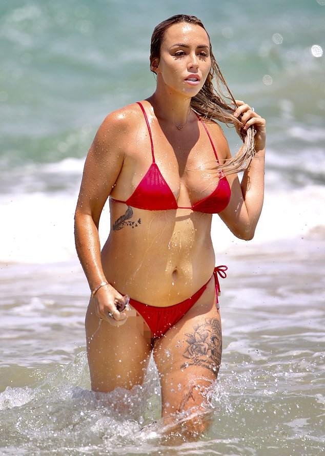 Natasha Spencer cực 'bốc lửa' ở biển với bikini ảnh 1