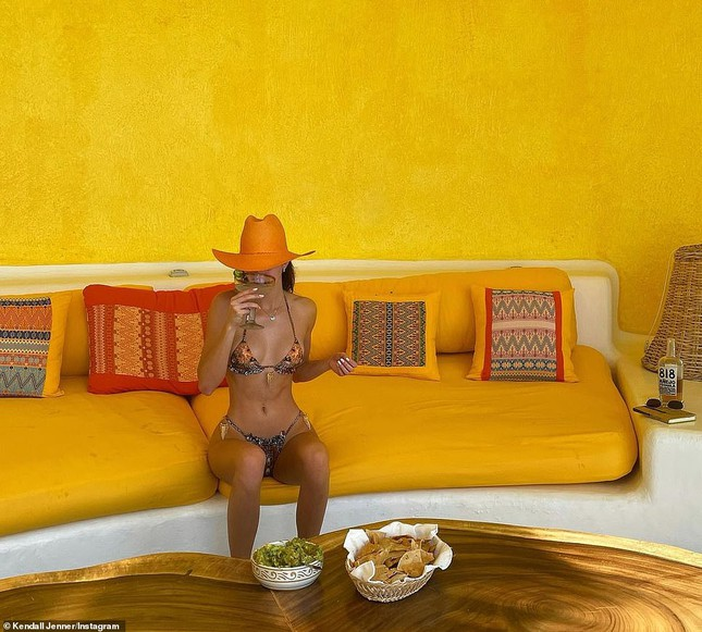 'Siêu mẫu đắt giá nhất thế giới' khoe dáng tuyệt mỹ với bikini ảnh 4