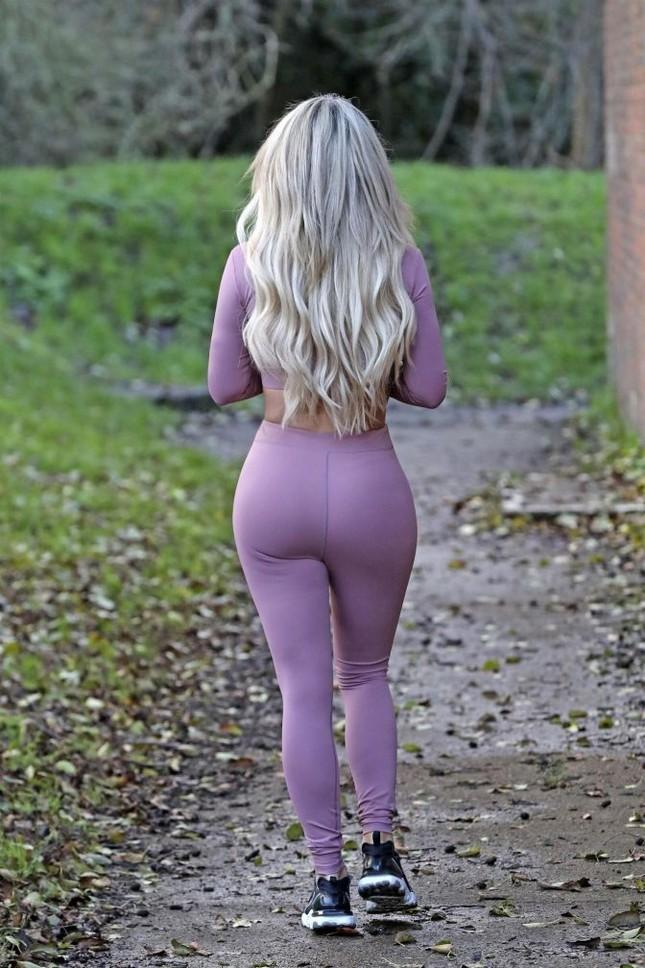 Mẫu nội y Anh quốc Bianca Gascoigne khoe dáng 'bốc lửa' trên phố ảnh 4