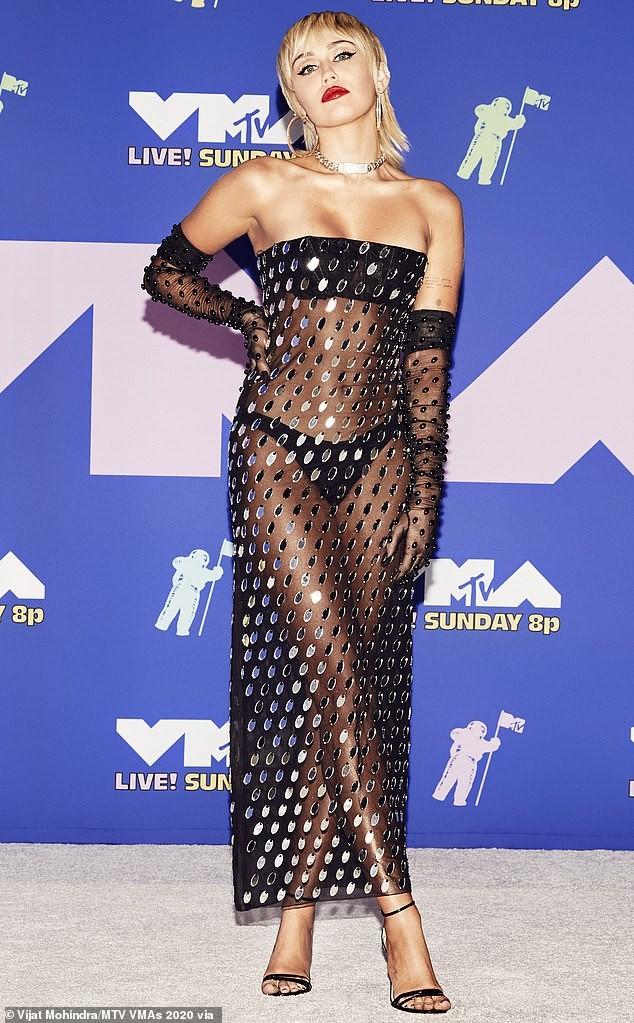 Miley Cyrus không nội y táo bạo ra phố ảnh 5