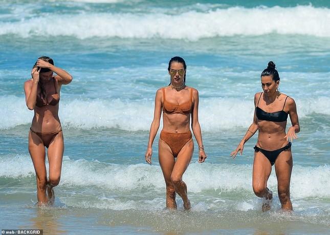Siêu mẫu Alessandra Ambrosio khoe dáng đẹp như tạc tượng với bikini ảnh 3