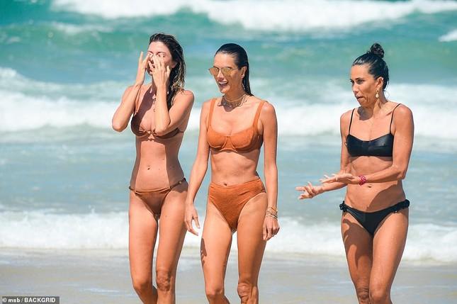 Siêu mẫu Alessandra Ambrosio khoe dáng đẹp như tạc tượng với bikini ảnh 4