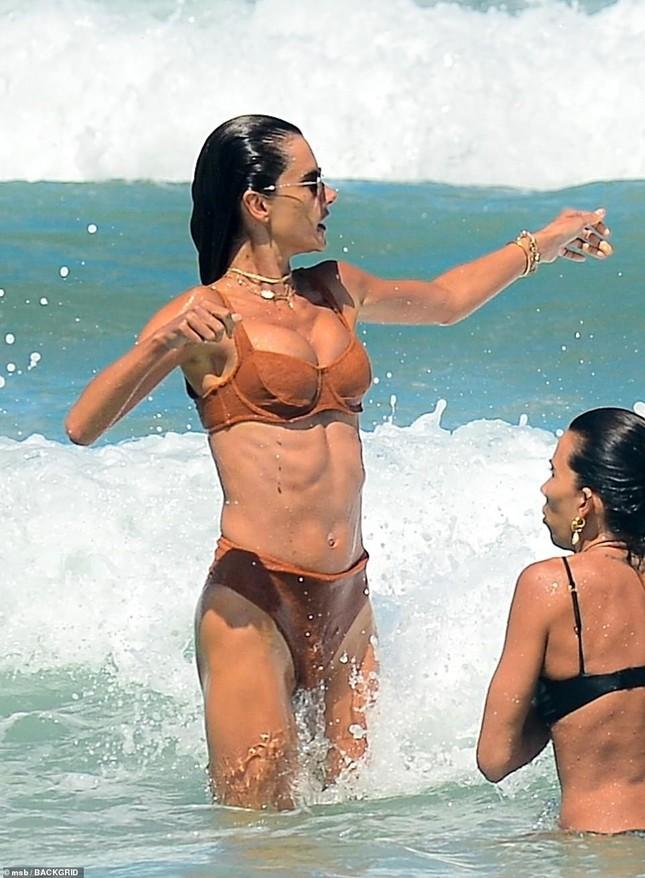 Siêu mẫu Alessandra Ambrosio khoe dáng đẹp như tạc tượng với bikini ảnh 6
