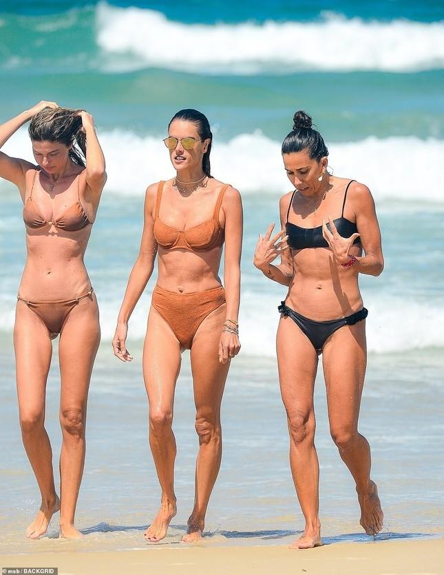 Siêu mẫu Alessandra Ambrosio khoe dáng đẹp như tạc tượng với bikini ảnh 7