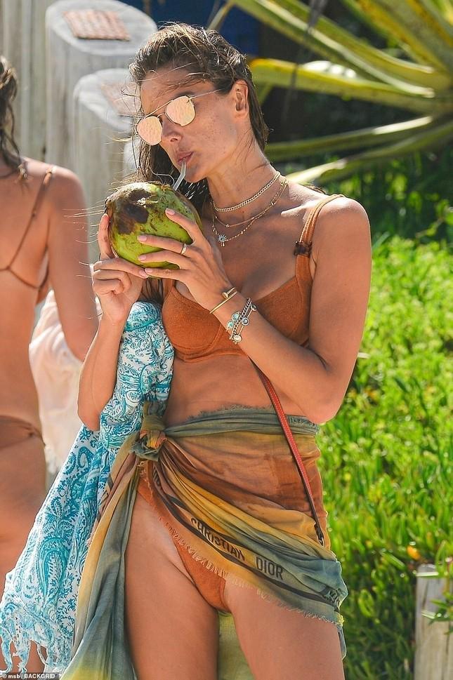 Siêu mẫu Alessandra Ambrosio khoe dáng đẹp như tạc tượng với bikini ảnh 10