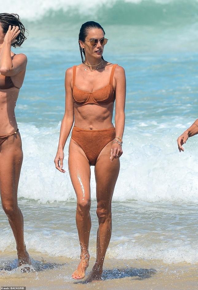 Siêu mẫu Alessandra Ambrosio khoe dáng đẹp như tạc tượng với bikini ảnh 11