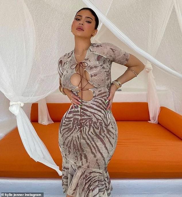 Nữ tỷ phú Kylie Jenner lại gây 'bão' khi khoe body đồng hồ cát, đẹp như tạc tượng ảnh 3