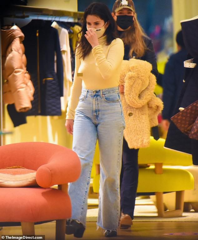 Selena Gomez mặc phong cách không nội y ra phố ảnh 1