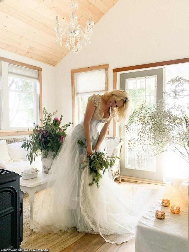 'Biểu tượng gợi cảm' Pamela Anderson kết hôn lần 6 ở tuổi 54 ảnh 10