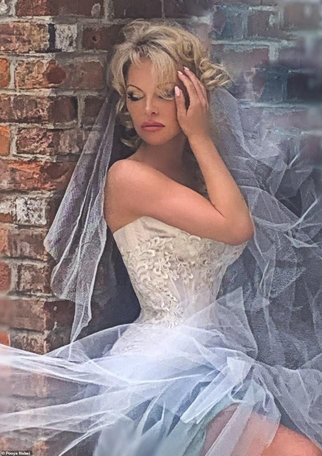 'Biểu tượng gợi cảm' Pamela Anderson kết hôn lần 6 ở tuổi 54 ảnh 5
