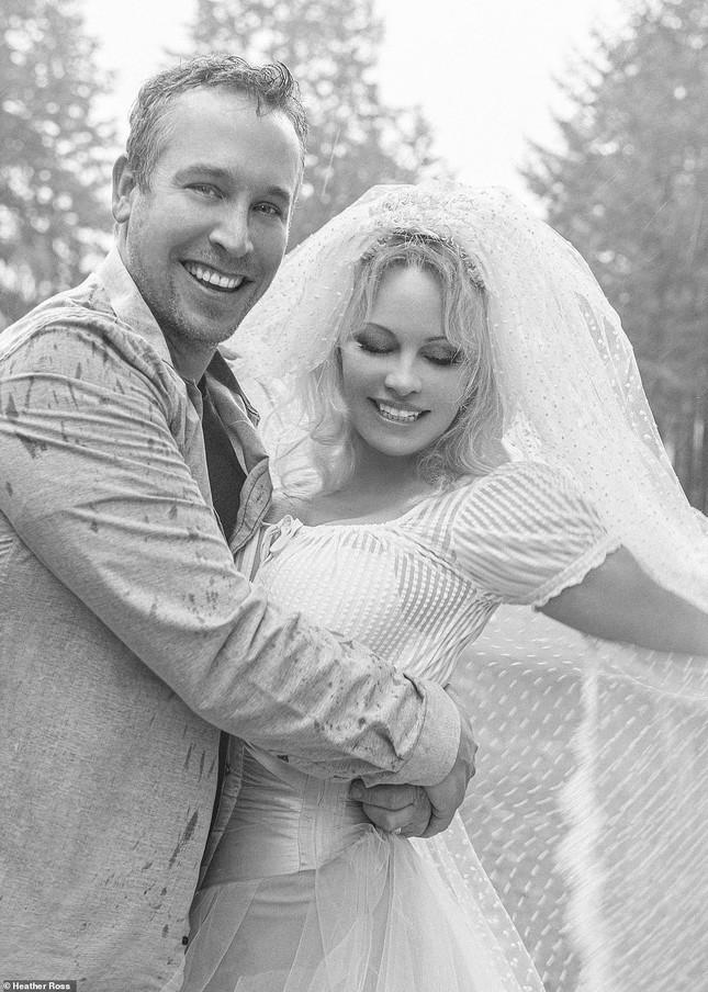 'Biểu tượng gợi cảm' Pamela Anderson kết hôn lần 6 ở tuổi 54 ảnh 1