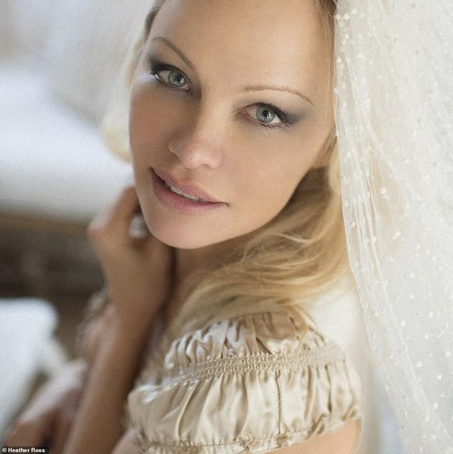 'Biểu tượng gợi cảm' Pamela Anderson kết hôn lần 6 ở tuổi 54 ảnh 7
