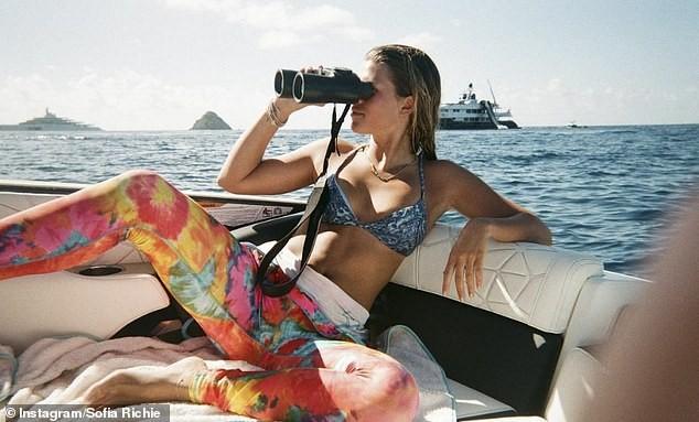 Sofia Richie khoe dáng gợi cảm bên bể bơi trong biệt thự 11 triệu USD ảnh 1