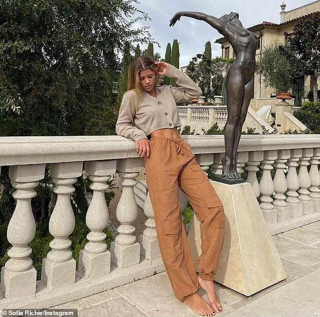 Sofia Richie khoe dáng gợi cảm bên bể bơi trong biệt thự 11 triệu USD ảnh 6