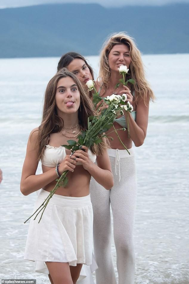 Siêu mẫu Alessandra Ambrosio xinh đẹp quyến rũ ở biển với bikini ảnh 7