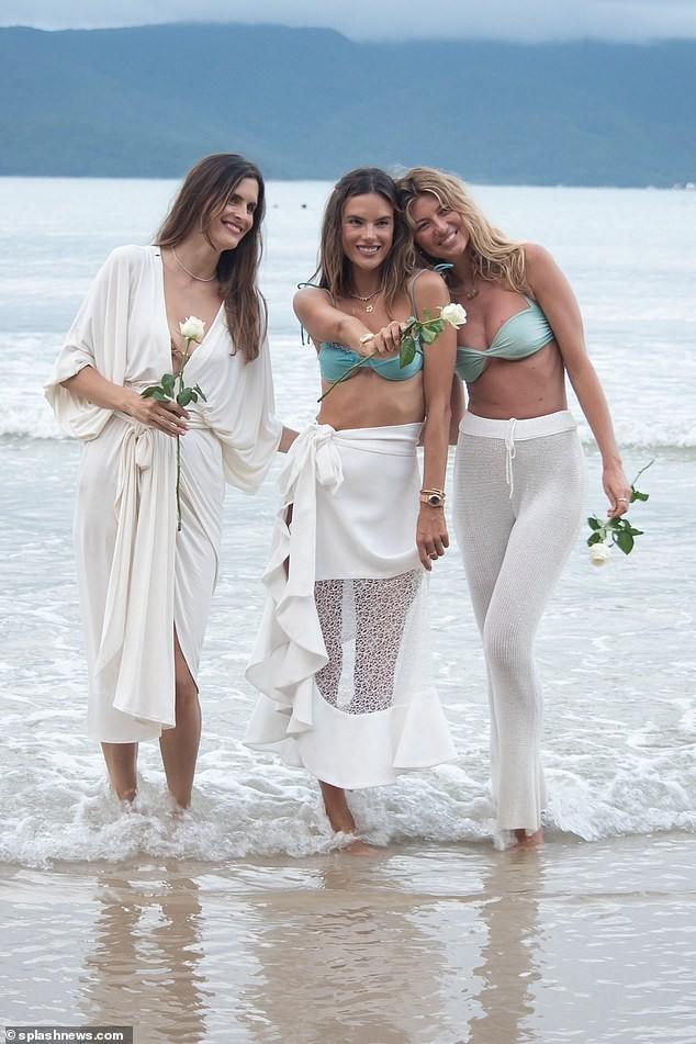 Siêu mẫu Alessandra Ambrosio xinh đẹp quyến rũ ở biển với bikini ảnh 8