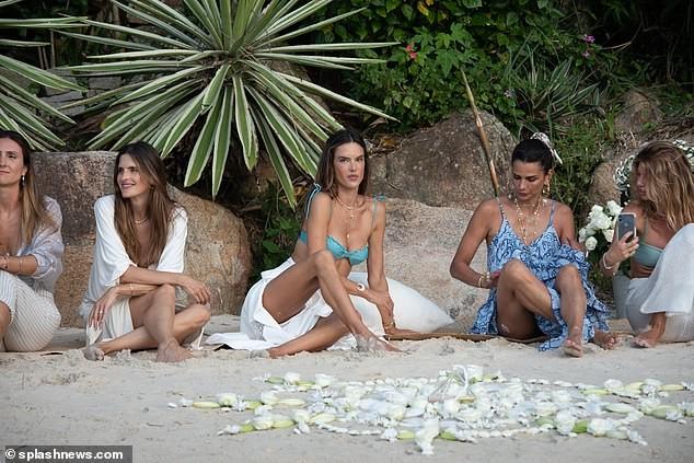 Siêu mẫu Alessandra Ambrosio xinh đẹp quyến rũ ở biển với bikini ảnh 10