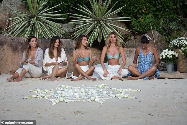 Siêu mẫu Alessandra Ambrosio xinh đẹp quyến rũ ở biển với bikini ảnh 5