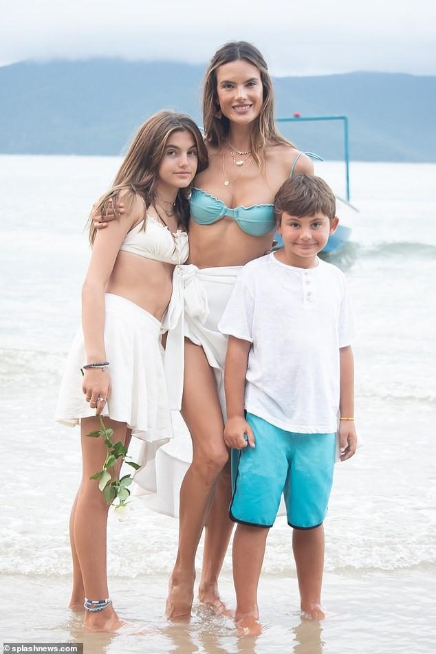 Siêu mẫu Alessandra Ambrosio xinh đẹp quyến rũ ở biển với bikini ảnh 12