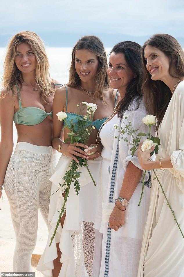 Siêu mẫu Alessandra Ambrosio xinh đẹp quyến rũ ở biển với bikini ảnh 13