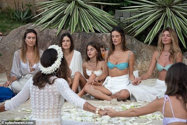 Siêu mẫu Alessandra Ambrosio xinh đẹp quyến rũ ở biển với bikini ảnh 14