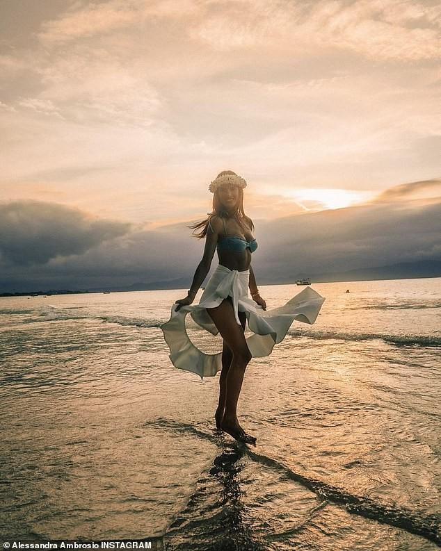 Siêu mẫu Alessandra Ambrosio xinh đẹp quyến rũ ở biển với bikini ảnh 17