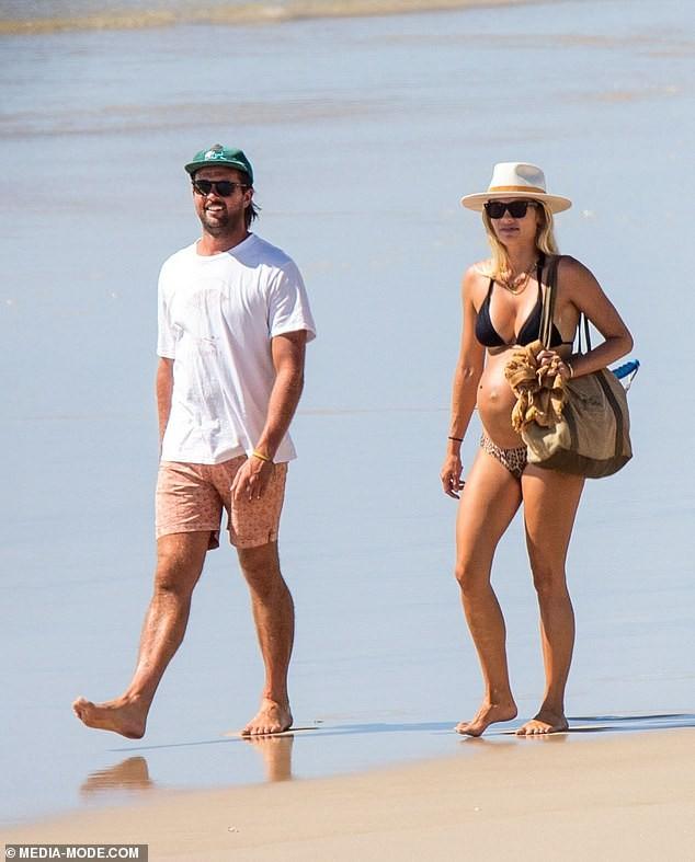 Người mẫu áo tắm Elyse Knowles khoe bụng bầu lùm lùm với bikini ảnh 2