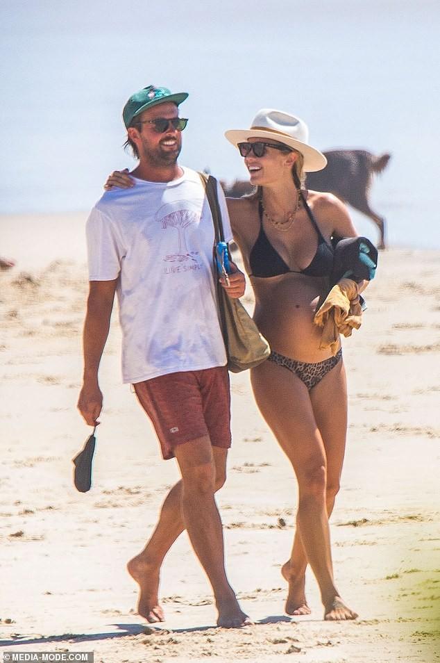 Người mẫu áo tắm Elyse Knowles khoe bụng bầu lùm lùm với bikini ảnh 6