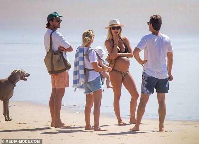 Người mẫu áo tắm Elyse Knowles khoe bụng bầu lùm lùm với bikini ảnh 7