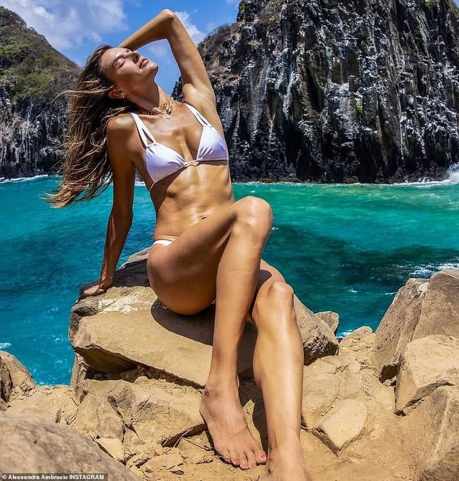 Siêu mẫu Alessandra Ambrosio đẹp như tạc tượng với bikini ảnh 1