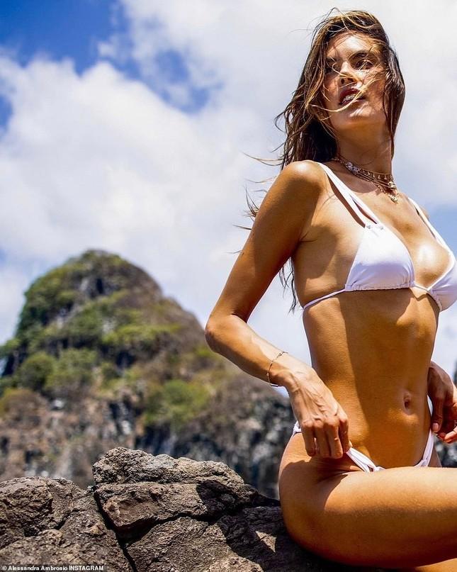 Siêu mẫu Alessandra Ambrosio đẹp như tạc tượng với bikini ảnh 2